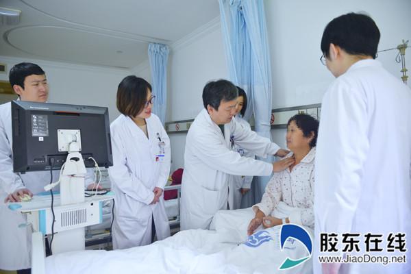 邹海东给病人查房