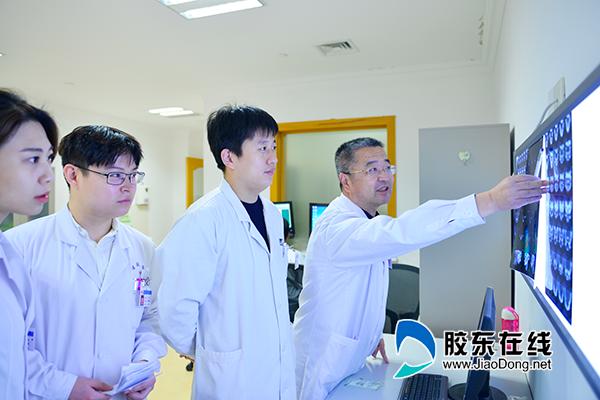 王升志主任(右一)团队讨论患者病情