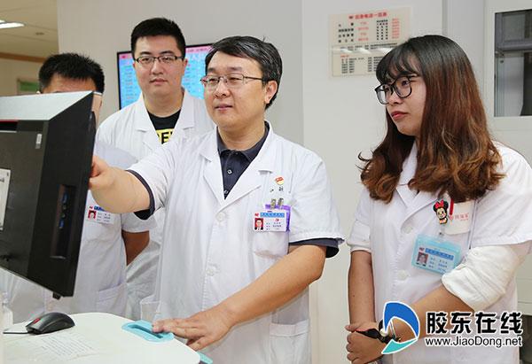 吕宏琳(右二)和同事讨论患者病情