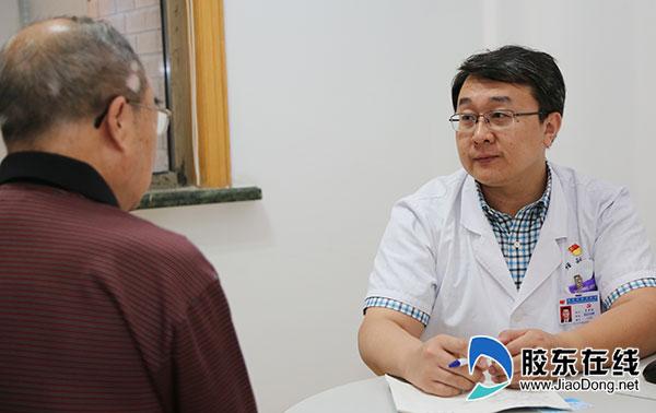 吕宏琳与患者交流