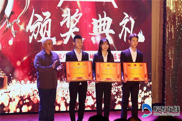 烟大文经院领导为获奖集体和个人颁奖