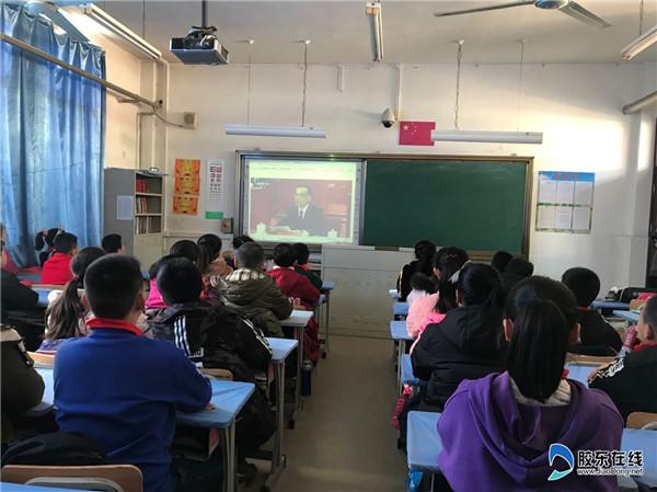 祥发小学组织学生观看改革开放40周年直播
