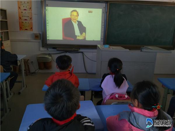 祥发小学组织学生观看改革开放40周年直播1