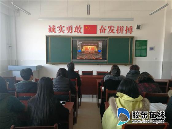 兜余中心小学组织观看庆祝改革开放40周年大会_副本