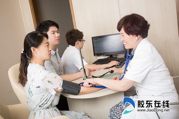 烟台绿叶爱丽美妇产医院医疗总监杨红英为患者量血压