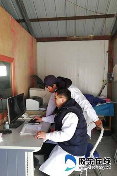 曹伯峰(左一)工作中