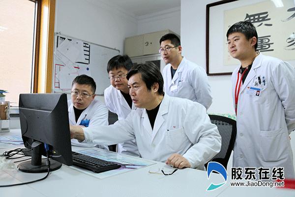 杨牟(右三)团队研究患者病情
