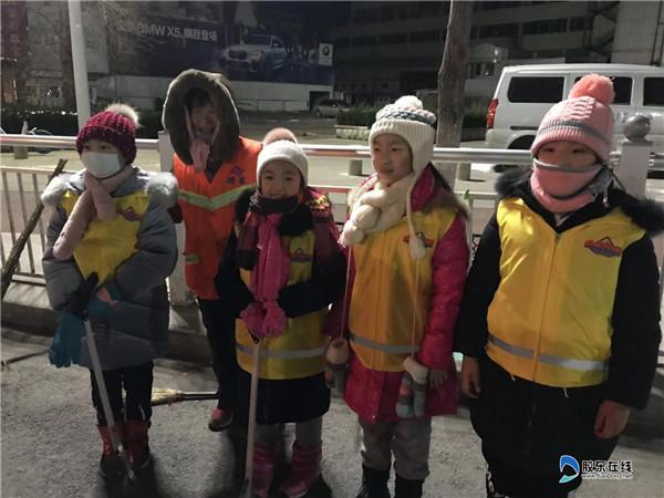 南通路小学4.2中队清晨街头为环卫工人送姜茶1