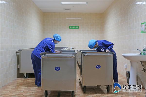 洗涤室员工为医用织物运输车辆清洁消毒_副本