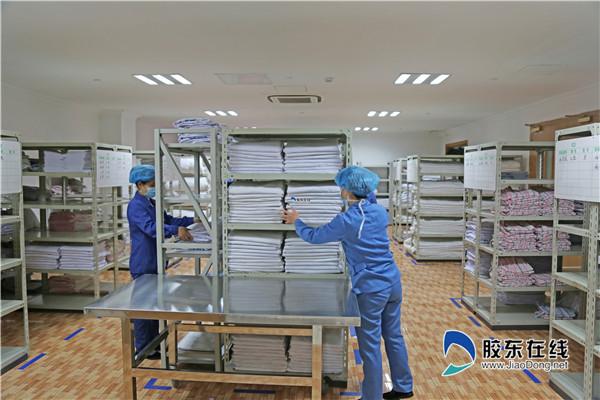 工作人员将洗涤后的医用织物放入收纳区_副本