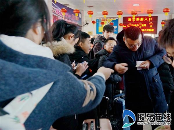 长岛县第一实验学校教师护送学生踏上平安返乡路2