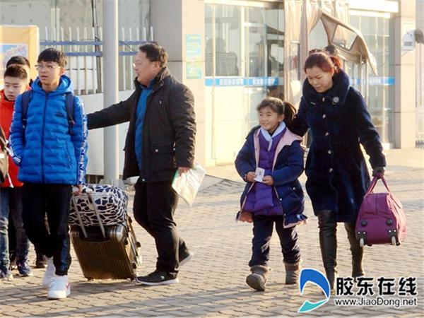 长岛县第一实验学校教师护送学生踏上平安返乡路3