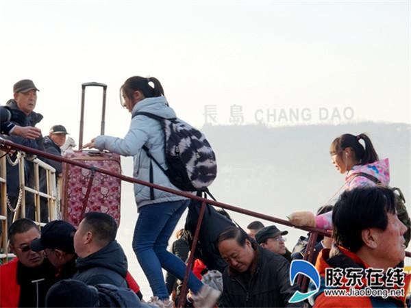 长岛县第一实验学校教师护送学生踏上平安返乡路4