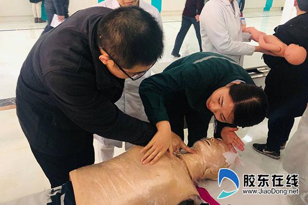 医护人员正在现场教市民如何进行单人徒手心肺复苏