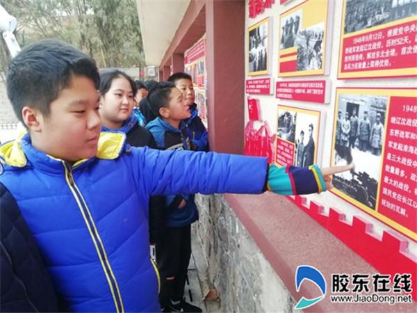 参观红色文化墙,感受辉煌历史