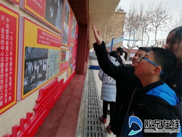参观红色文化墙,感受辉煌历史1