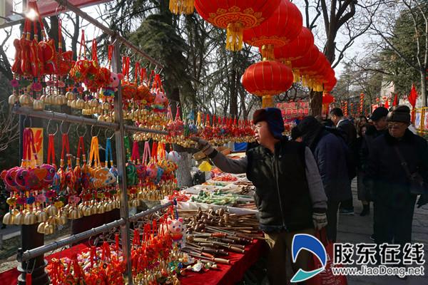 不少市民在选购本次庙会上的特色纪念品