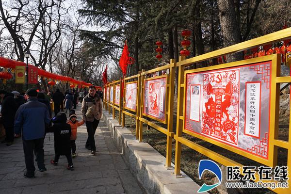 主路两旁的《纪念改革开放四十周年》主题剪纸展示栏