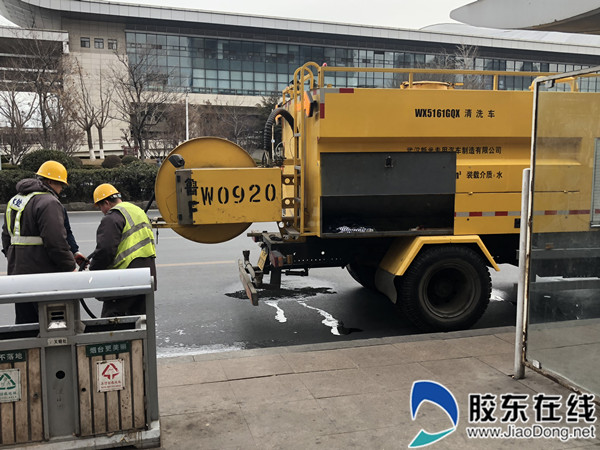 养护队工作人员利用工程车辆对污水管道进行了清淤处理