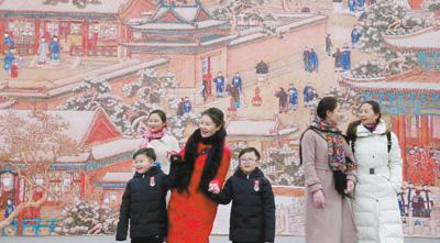 """观众在参观故宫博物院""""贺岁迎祥――紫禁城里过大年""""展览。姜东 摄"""