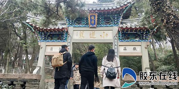 """小蓬莱石坊建于清光绪二年(1876年),正中横额镌刻""""小蓬莱""""三个大字"""