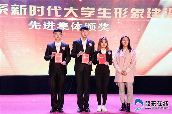 李荣梅副书记为先进班集体、个人颁奖