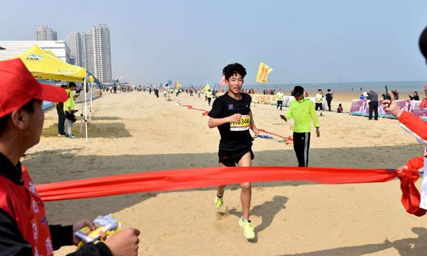 十七、参赛规定   参赛年龄及身体状况要求:   1、男、女沙滩半程马拉松年龄限16周岁以上(2003年当年出生),身体健康者均可报名。   2、男、女沙滩健康跑年龄限13周岁以上(2006年当年出生),13周岁以下少年儿童必须有监护人陪跑才准于检录,监护人必须同时报名方可给予陪跑。   3、沙滩马拉松赛是一项大强度长距离的竞技运动,也是一项高风险的竞技项目,对参赛者身体状况有较高的要求,参赛者应身体健康,有长期参加跑步锻炼或训练基础的方能参加比赛。有以下疾病患者不宜参加比赛:   (1)先天性心脏病