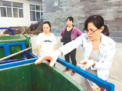 图为陈立雯在河北省涞水县南峪村做垃圾分类试点