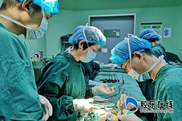 姜致娥主任、隋武医疗团队为患儿手术中