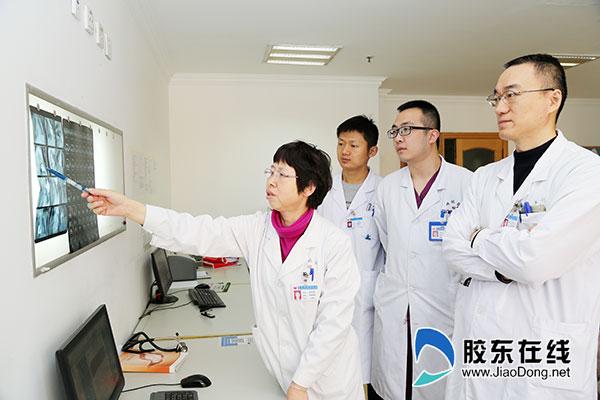 姜致娥主任(左一)与其团队讨论患儿病情