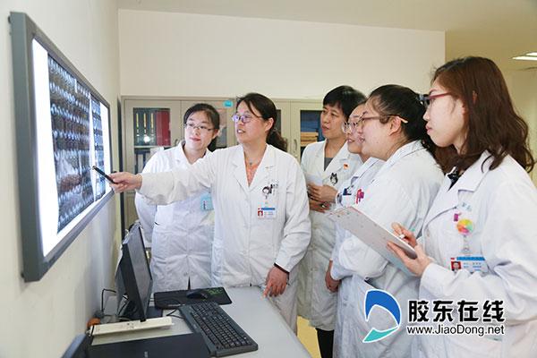曲璐云(左二)团队研究患者病情
