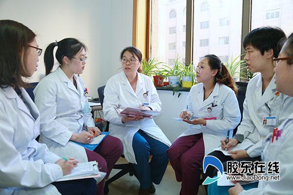 曲璐云(左三)团队讨论患者病情