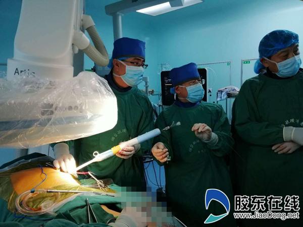 郑磊(左一)和团队在为患者实施tavi手术