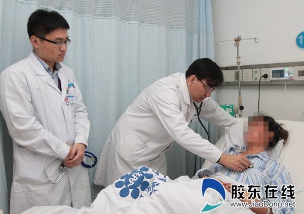郑磊(左二)为患者做检查