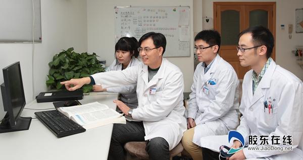 郑磊(左二)在和团队沟通患者病情