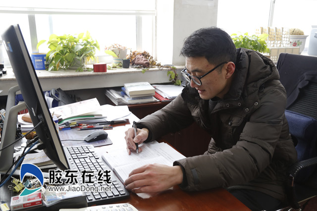 刘立军在办公室工作_副本
