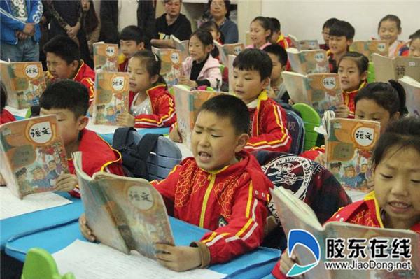 孩子们大声朗读