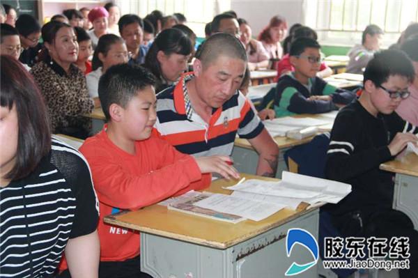 家长与孩子一起聆听教学