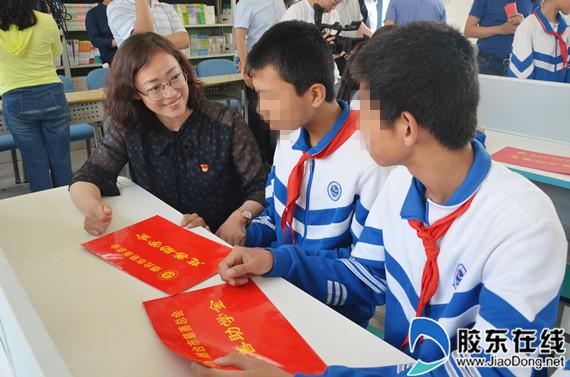 烟台市慈善总会副秘书长、烟台市慈善总会办公室主任赵东丽为贫困孩子捐赠助学金
