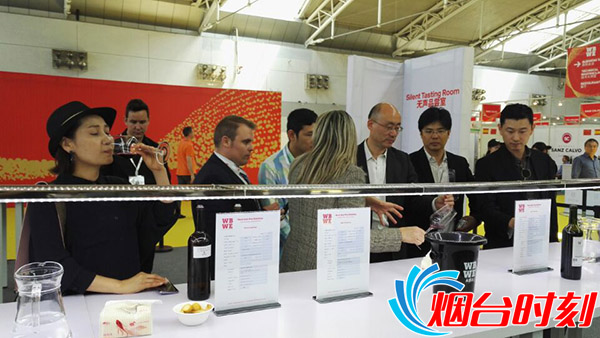 韩商在烟台参观世界葡萄酒展览会品尝美酒