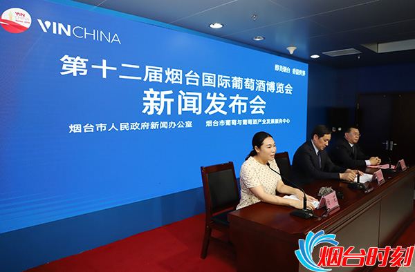 深圳百高公司总经理杨芫(左一)回答记者提问