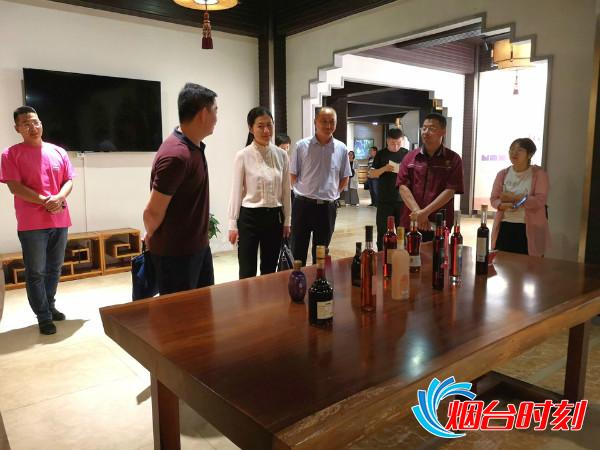 媒体采风团参观黑尚莓酒庄