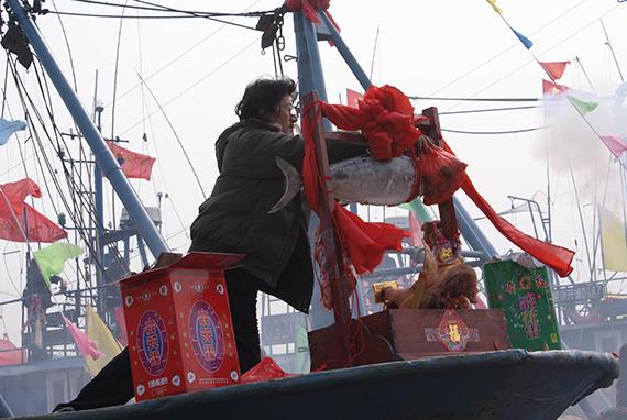 33渔民在自家的船上祭船 2010年2月27日 摄影者:米军
