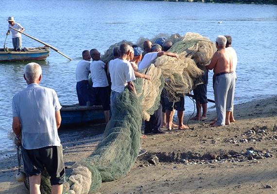 """11图4 2006年耄耋之年的砣矶渔民喊起当年的""""渔号""""仍威风不减  (摄影:杨志常)"""