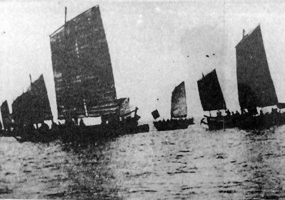 55图1 1950年长岛渔号伴随大风船一起南下,支援解放舟山群岛。(摄影:佚名)