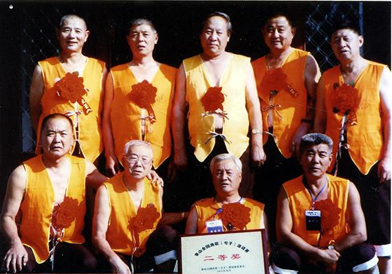 66图3  2006年渔号传承人参加象山全国渔歌(号子)邀请赛,荣获作品、表演二等奖  (摄影:杨志常)