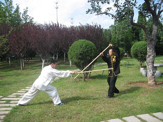 33李飞林与徒弟张波器械对练,照片提供李飞林