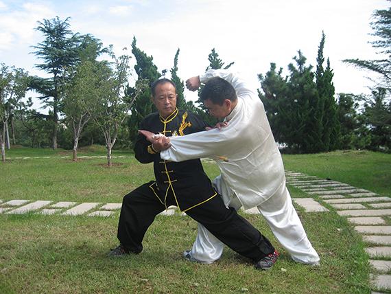 44李飞林与徒弟张波对练,照片提供:李飞林