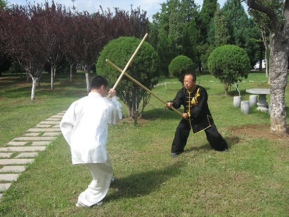 66太极螳螂拳传承人李飞林传授螳螂拳之六合棍,拍摄者:潘勇,时间2010.08