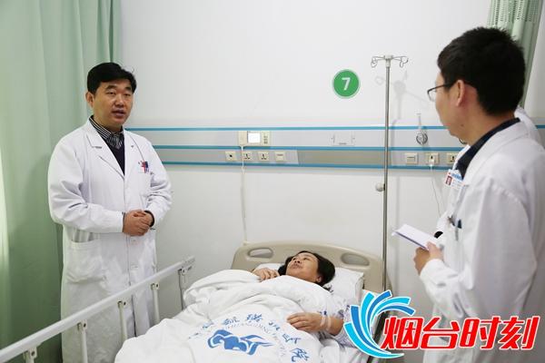 郑海涛主任(左一)正在查房